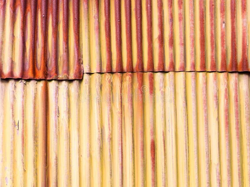 Старый залатанный ржавый рифлёный фотоснимок предпосылки олова стоковая фотография rf