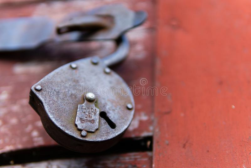 Старый замок на предпосылке двери стоковое фото rf