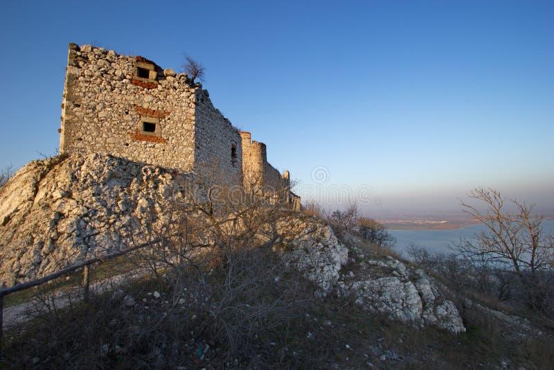 Старый замок руин над уровнем озера во времени захода солнца, Devicky, Моравии, чехии стоковые фотографии rf