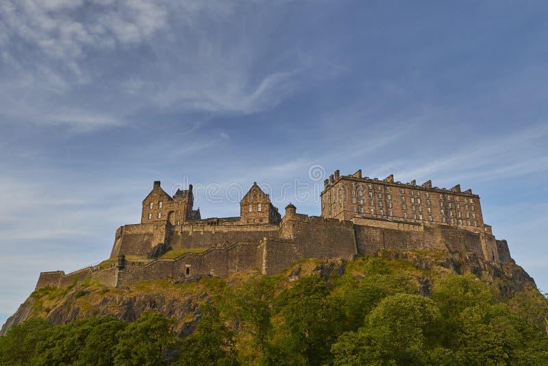 Старый замок Эдинбурга на скалистой горе с красивой предпосылкой неба, Шотландией, Великобританией стоковое фото rf
