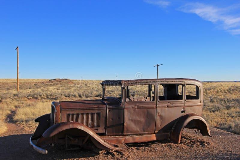 Старый заржаветый винтажный автомобиль вдоль трассы 66, около северного входа окаменелого национального парка леса, США стоковые изображения rf