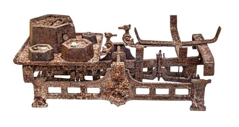 Старый заржаветый масштаб баланса с железными весами стоковое фото