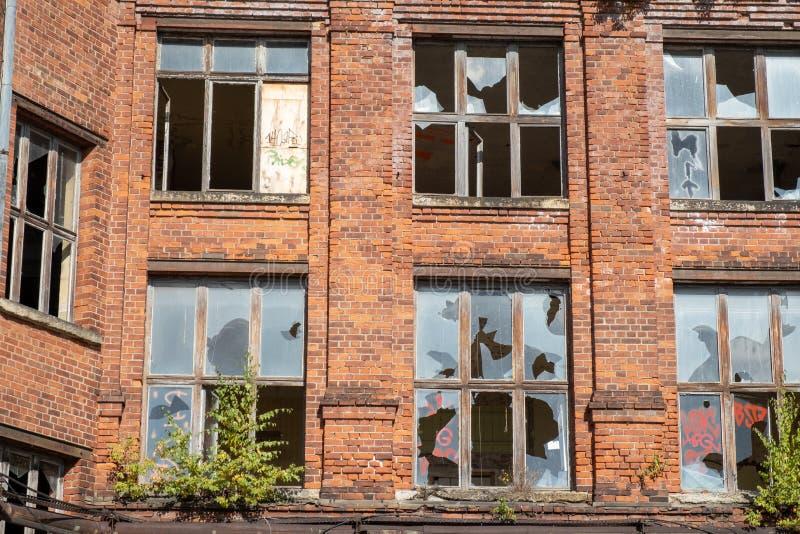 Старый засуженный дом со сломленными окнами стоковые изображения