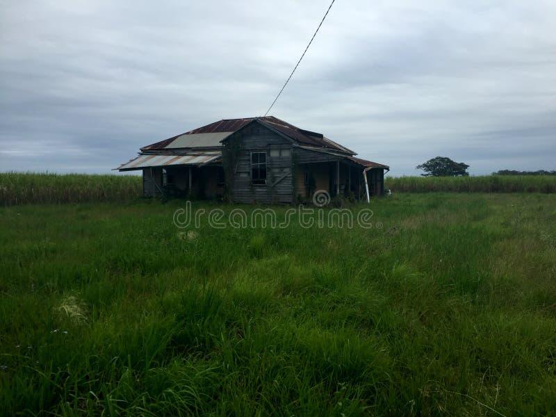 Старый засуженный преследовать дом стоковая фотография