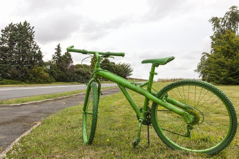 Старый зеленый велосипед стоковые фотографии rf