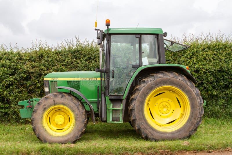 Старый зеленый трактор John Deere 6450 стоковое изображение