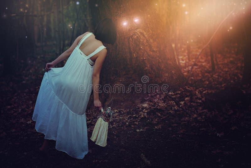 Старый зеленый человек в fairy лесе стоковая фотография