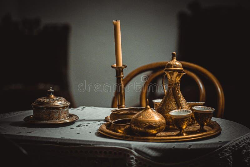 Старый золотой чайник стоковая фотография