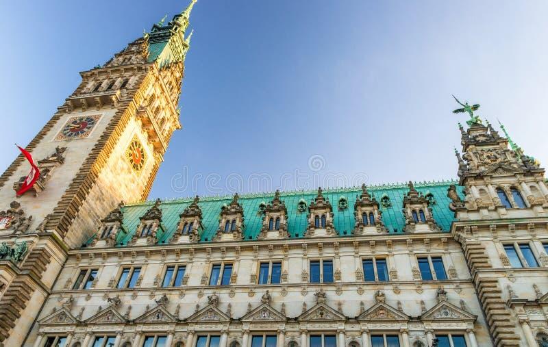 Старый здание муниципалитет на Rathausmarkt в Гамбурге на красивый день - Ge стоковые фотографии rf