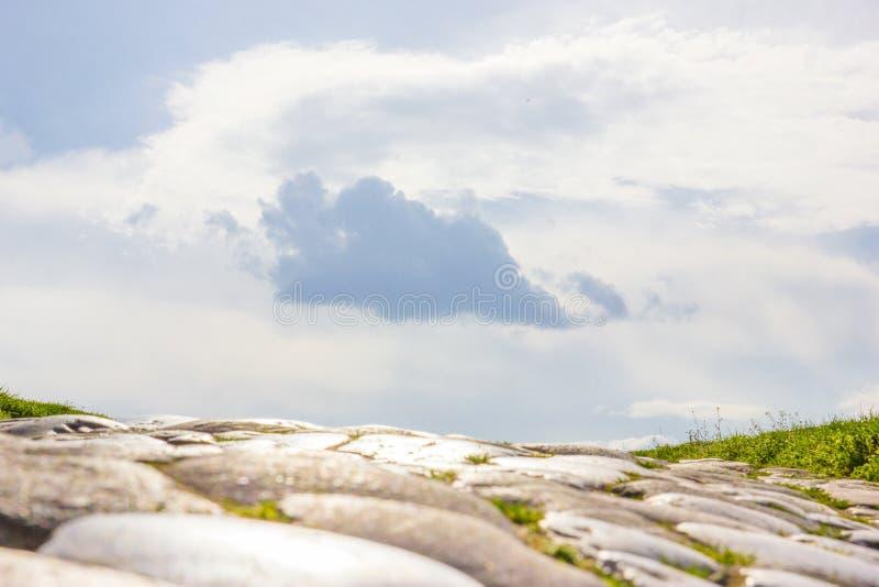 Старый индюк вымощая с облаками неба выше стоковое изображение rf