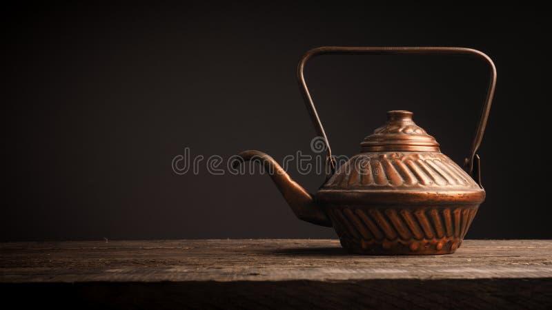 Старый используемый медный бак чая стоковое фото rf