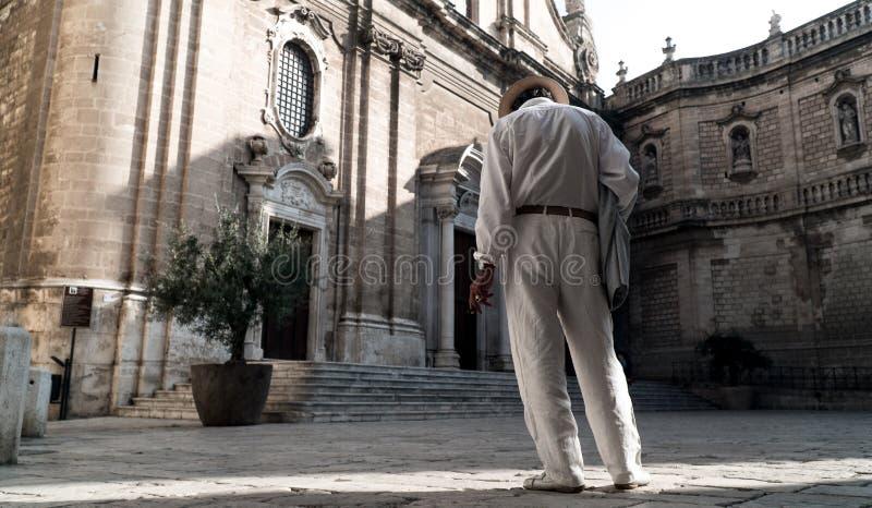 Старый итальянский человек перед собором стоковые фотографии rf