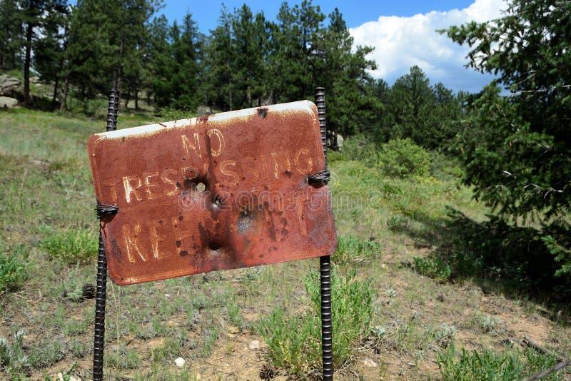 Старый и заржаветый никакой Trespassing не держит вне знак стоковое фото