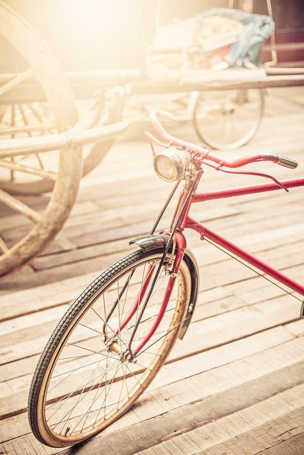Старый или винтажный красный велосипед стоковое изображение rf