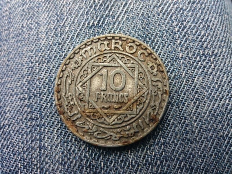 Старый и монетка стоковые изображения