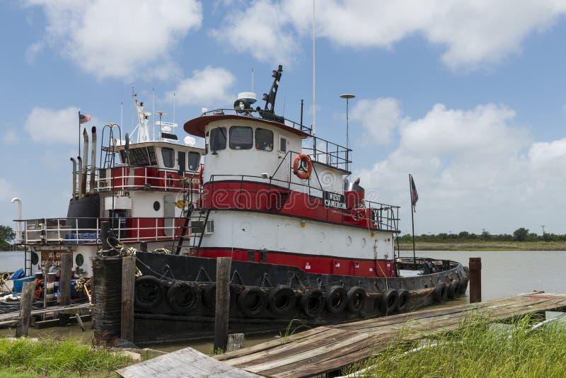 Старый и ржавый буксир на Lake Charles, Луизиане, США стоковые изображения