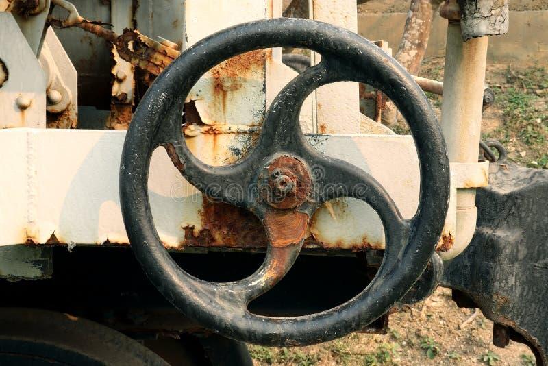 Старый и ржавый промышленный клапан трубы на электростанции, индустрии механической обработки: машина колеса шестерни стоковая фотография rf