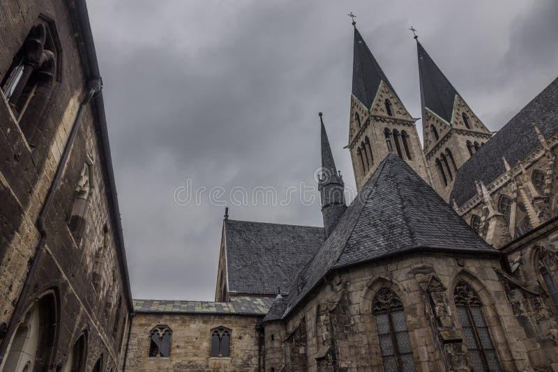 Старый и старый собор в Halberstadt, Германии стоковая фотография