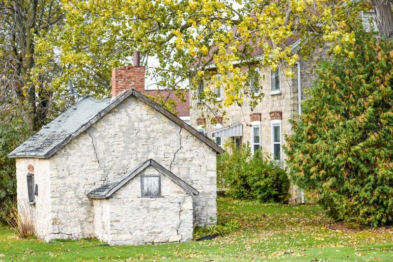 Старый каменный дом с шедом стоковые фото