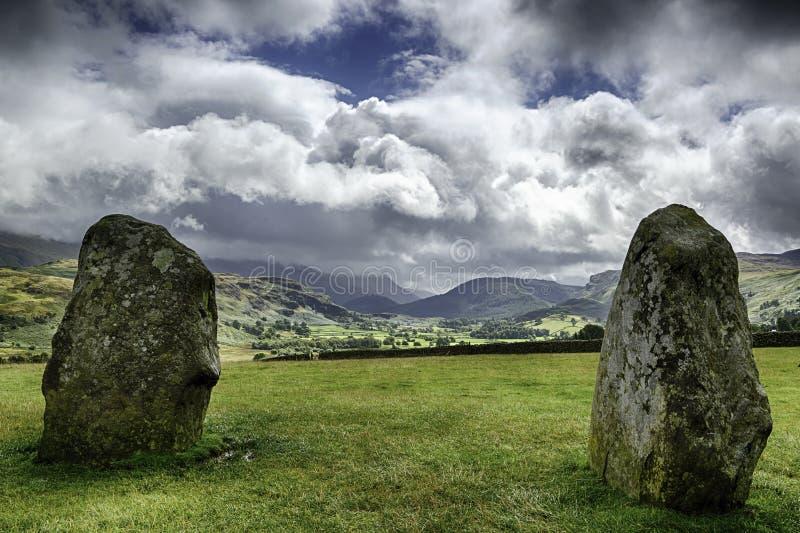 Старый каменный круг смотря на горах стоковое изображение rf