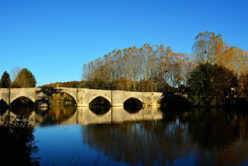 Старый каменный мост над рекой стоковые изображения