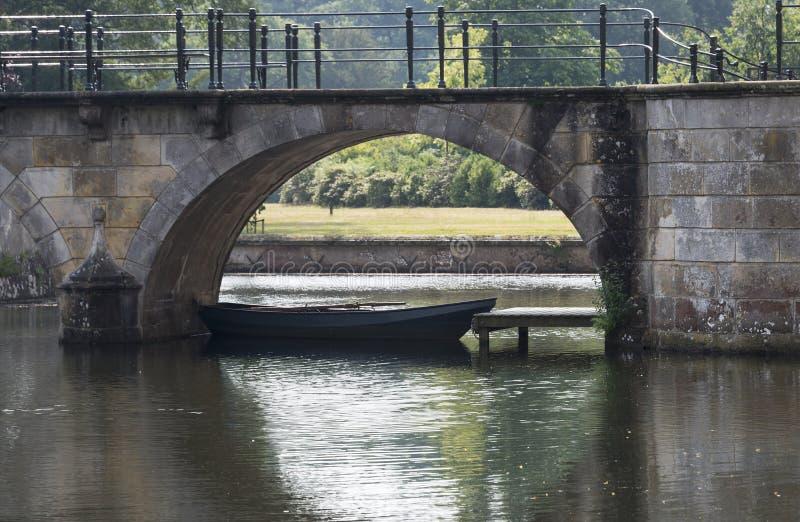 Старый каменный мост с шлюпкой стоковое изображение
