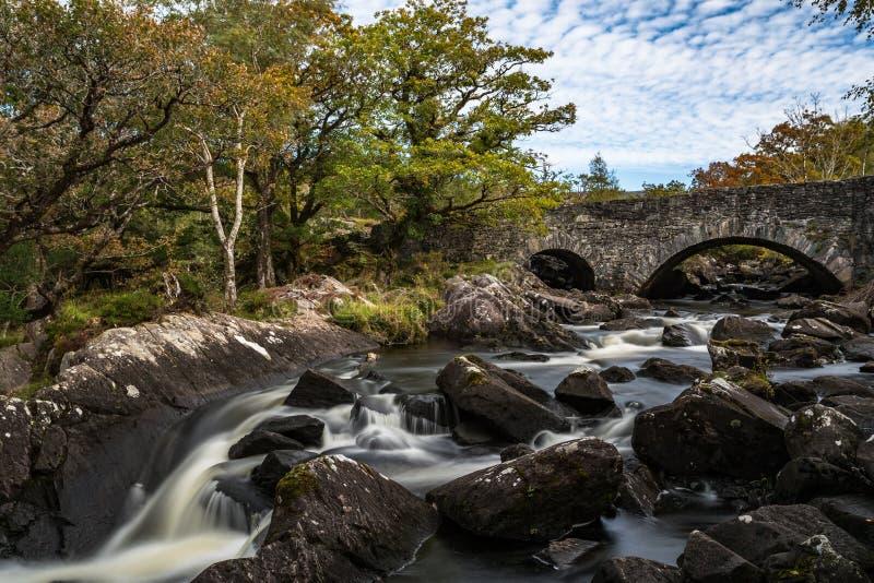 Старый каменный мост через реку в кольце Керри стоковое изображение