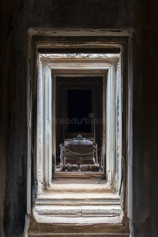Старый каменный саркофаг в виске Banteay Samre, комплексе Angkor Wat, Камбодже Священное место с криптой стоковая фотография rf