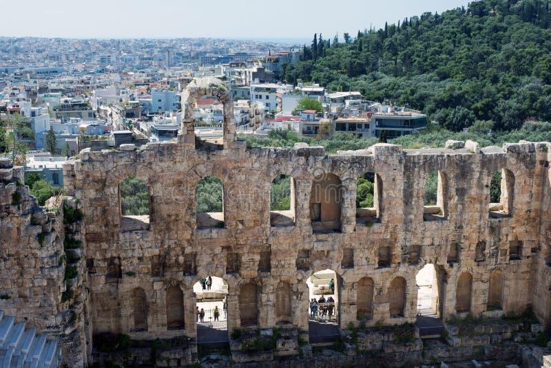 Старый каменный театр с мраморными шагами Odeon Аттика Herodes на южном наклоне акрополя стоковые фото