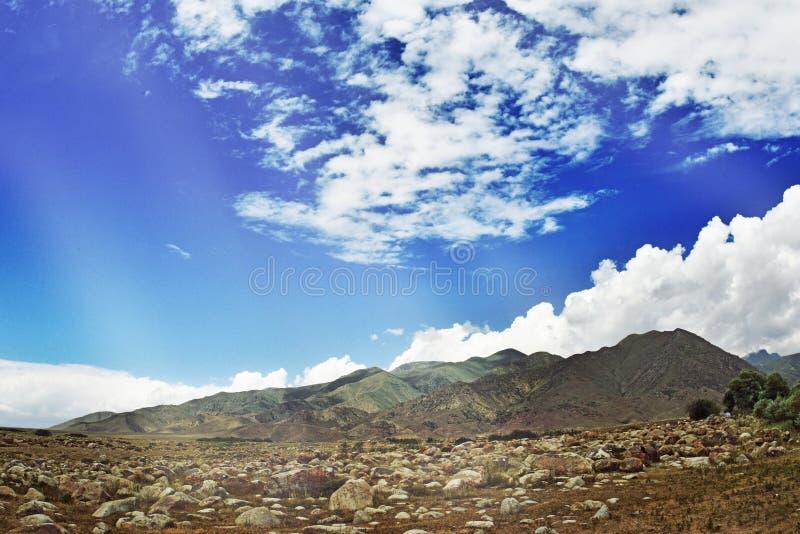 Download Старый камень в горах иллюстрация штока. иллюстрации насчитывающей кривый - 40579775