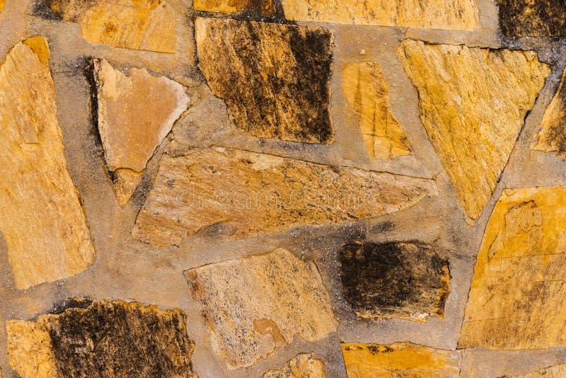 Старый камень помещенный в backgroun стены, интересных и первоначально стоковое фото