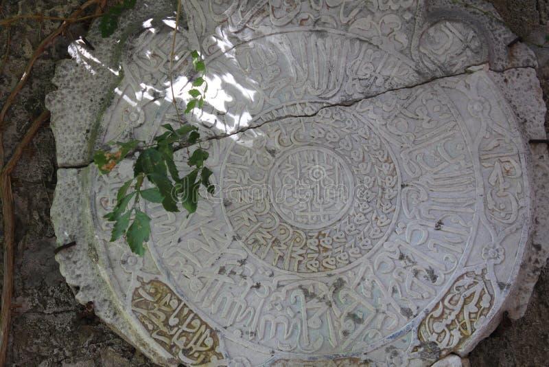 Старый камень с арабскими надписями стоковые фотографии rf