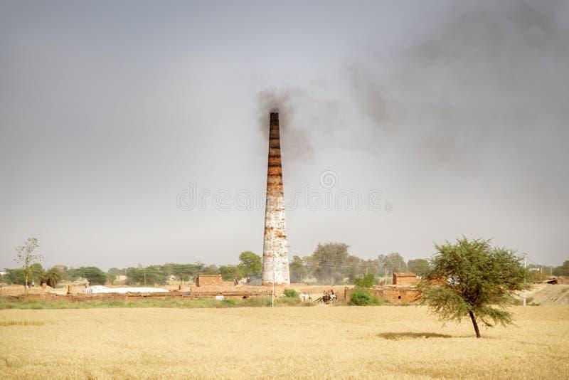 Старый камин фабрики кирпича в пустыне Индии стоковое изображение rf