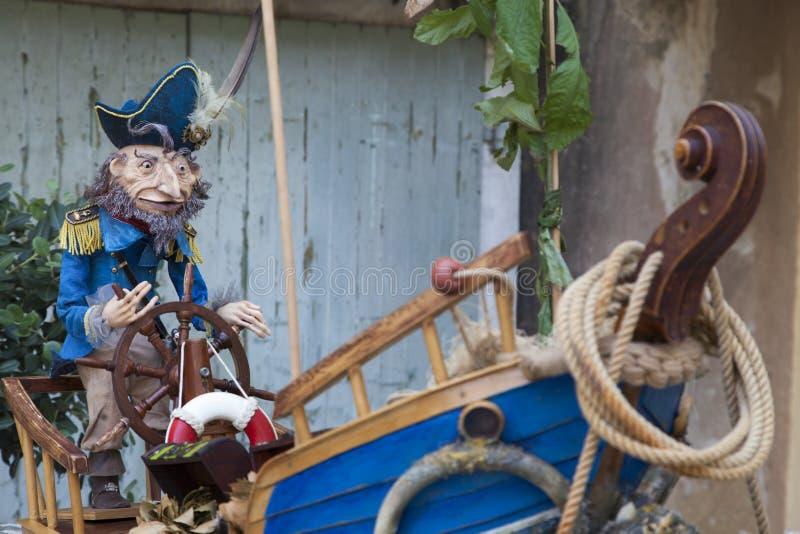 Старый капитан и его шлюпка стоковые фотографии rf