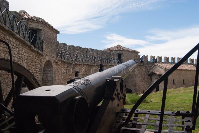 Старый карамболь с частью первой башни стоковые фотографии rf