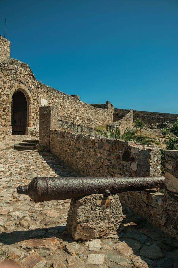 Старый карамболь утюга в каменной наружной стене на замке Marvao стоковое фото