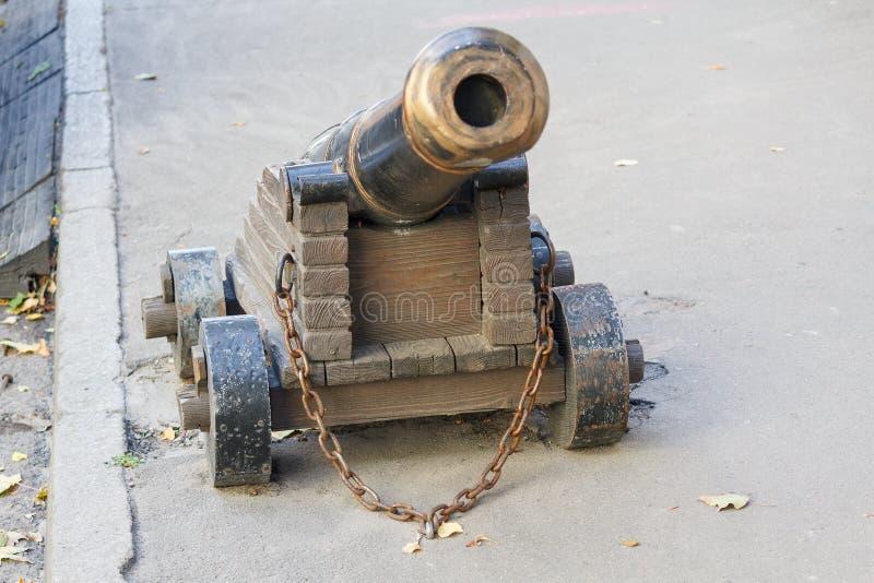 Download Старый карамболь заклепанный к мостоваой Стоковое Изображение - изображение насчитывающей европа, цепь: 81802229