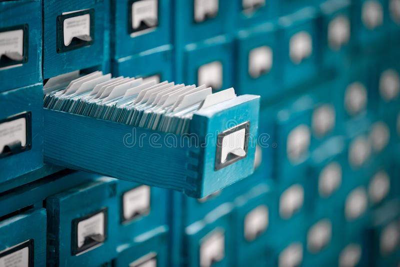 Старый каталог ссылки библиотеки или архива с раскрытым ящиком карточки стоковые изображения
