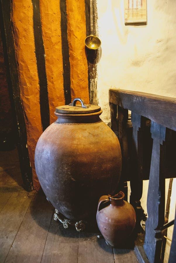 Старый керамический кувшин в старом деревенском доме стоковое фото rf