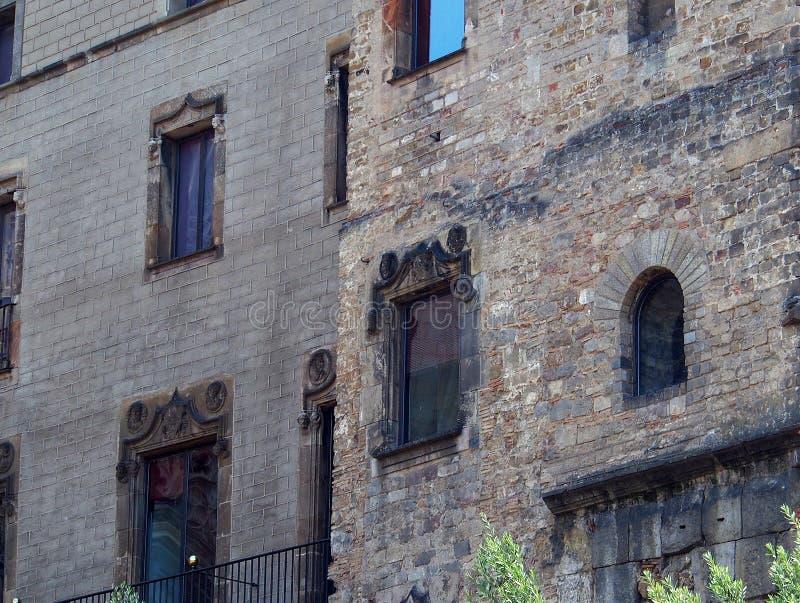 Старый кирпич и каменные здания, готический квартал, Барселона стоковое фото