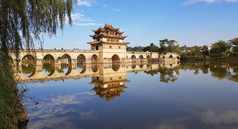 Старый китайский мост Jianshui, Юньнань, Китай стоковое изображение rf