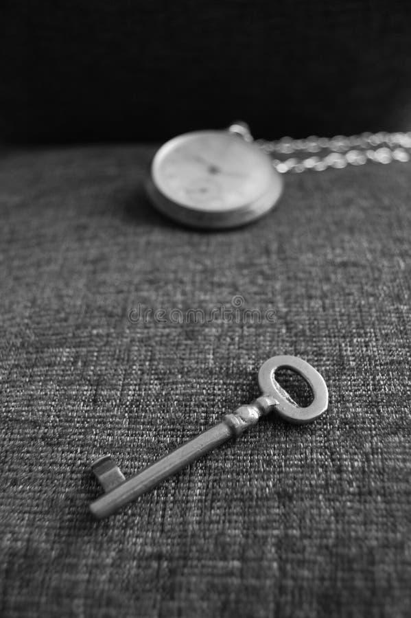 Старый ключ и вахта стоковые фотографии rf