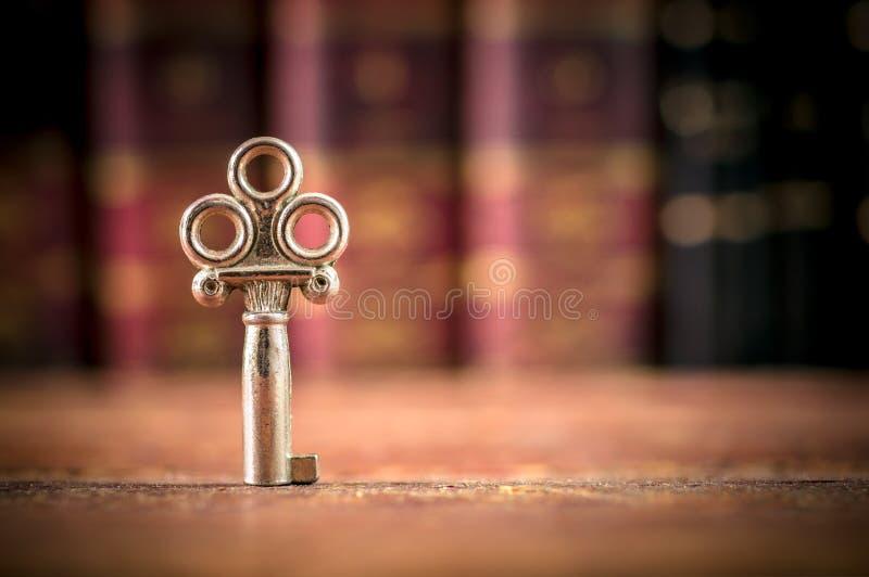 Старый ключ на столе - Экземпляр-космос стоковая фотография