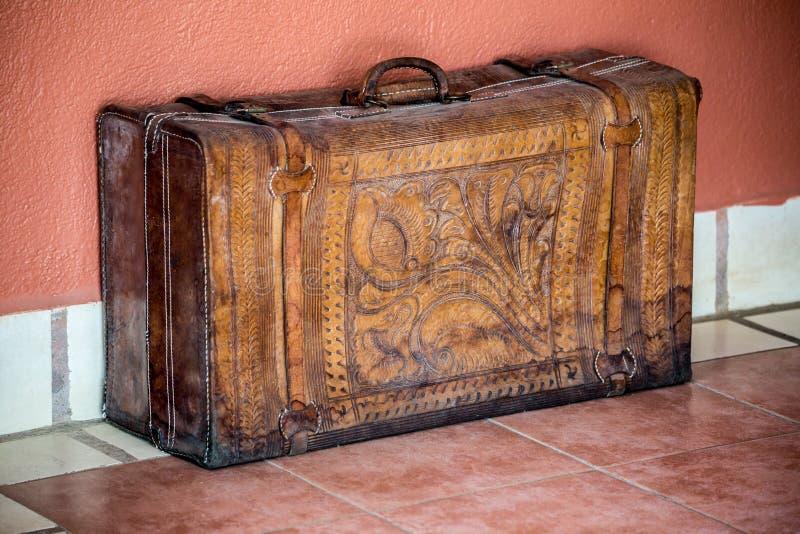 Старый кожаный чемодан с картинами стоковые изображения rf