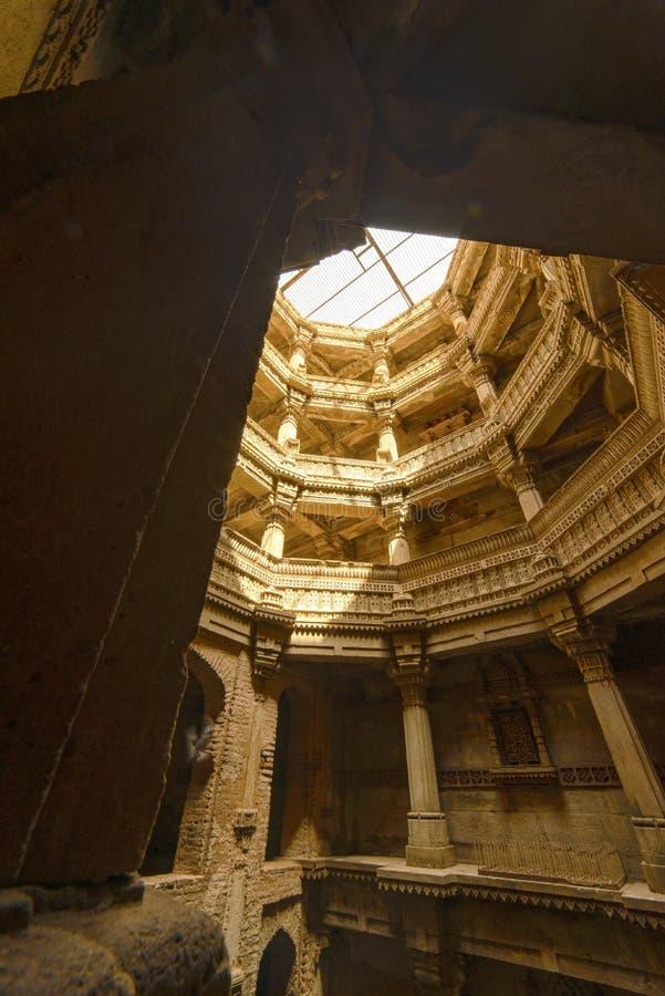 Старый колодец в городе Ахмадабада, Индии стоковая фотография rf