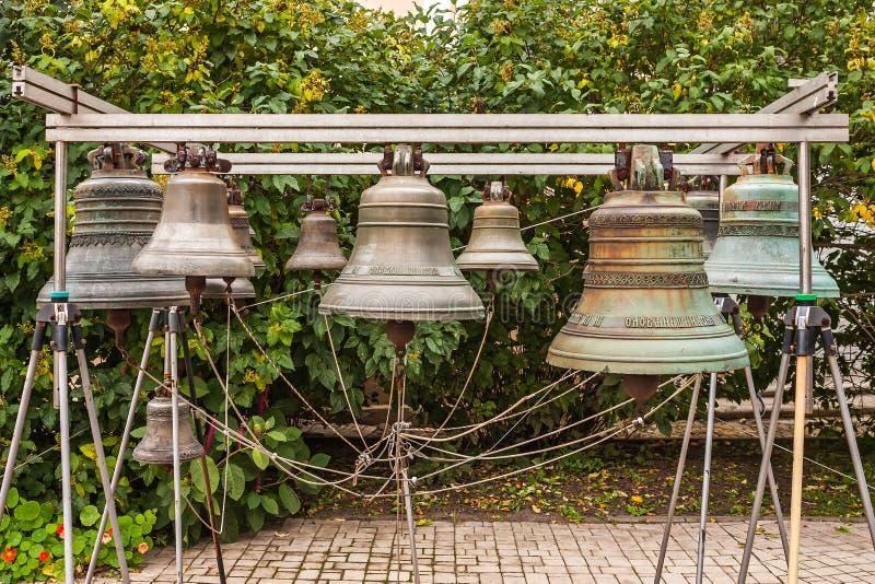 Старый колокол церков yaroslavl Российская Федерация Колокол установленный на землях монастыря для обзора туристами стоковые фотографии rf