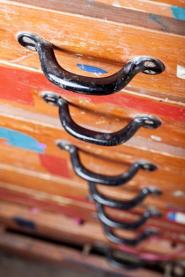 Старый комод ящиков с черными ручками стоковые фотографии rf