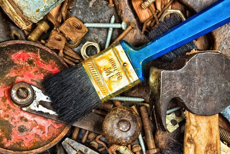 Старый комплект ржавых ручных инструментов стоковое изображение rf