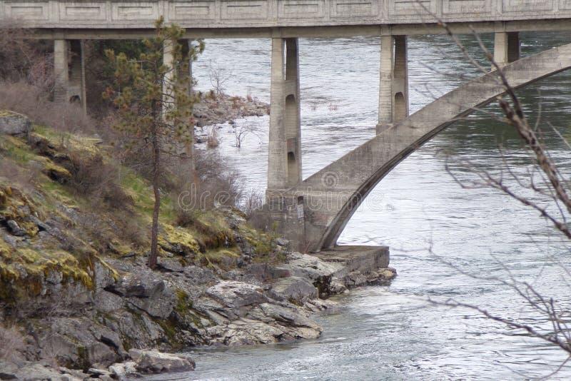 Старый конкретный мост над рекой Spokane стоковое фото