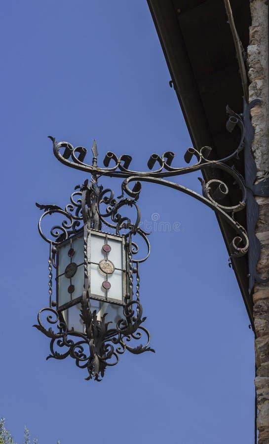 Старый красивый уличный фонарь стоковое изображение rf